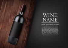 Bekanntmachen der Fahne Eine realistische Flasche Rotwein mit schwarzem Aufkleber in der photorealistic Art auf hölzernem dunklem stock abbildung