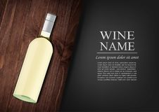 Bekanntmachen der Fahne Eine realistische Flasche Weißwein mit schwarzem Aufkleber in der photorealistic Art auf hölzernem dunkle stock abbildung