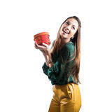 Bekanntmachen der schönen lächelnden jungen Frau u. des Geschenks Stockbild