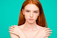 Bekanntmachen des Konzeptes Nahaufnahmeporträt der netten perfekten nackten Ruhe stockbilder