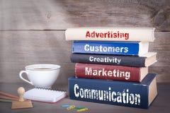 Bekanntmachen des Konzeptes Stapel Bücher auf hölzernem Schreibtisch lizenzfreies stockbild