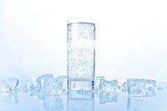 Bekanntmachen von Nochlebensdauer mit Glas Soda mit Eis Lizenzfreie Stockfotografie