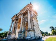 Bekant Arco dellahastighet som båge av fred i Milan, Italien som byggs som delen av Foro Bonaparte för att fira Napoleon ` s royaltyfri foto