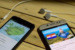 BEKASI, JAVA DEL OESTE, INDONESIA 26 DE JUNIO DE 2018: Islandia contra Croacia en la pantalla de Smartphone Cuando fútbol o fútbo imagen de archivo libre de regalías