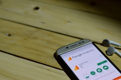 BEKASI, JAVA OCIDENTAL, INDONÉSIA 26 DE JUNHO DE 2018: Aplicação do colaborador da analítica de Google na tela de Smartphone A an fotografia de stock