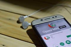 BEKASI VÄSTRA JAVA, INDONESIEN JULI 04, 2018: Applikation för operaMini Browser Beta bärare på den Smartphone skärmen Opera Mini  Royaltyfria Foton
