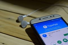 BEKASI VÄSTRA JAVA, INDONESIEN JULI 04, 2018: Emailen TypeApp - posta App-bärare-applikationen på den Smartphone skärmen Email Ty Royaltyfria Foton