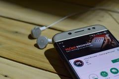 BEKASI VÄSTRA JAVA, INDONESIEN JULI 04, 2018: mCent webbläsare vid Google bärare-applikation på den Smartphone skärmen Ladda upp  Fotografering för Bildbyråer