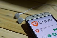 BEKASI VÄSTRA JAVA, INDONESIEN JULI 04, 2018: Modig webbläsare: Snabb AdBlocker bärare-applikation på den Smartphone skärmen Modi Royaltyfri Fotografi