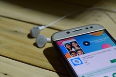 BEKASI VÄSTRA JAVA, INDONESIEN JULI 04, 2018: Oidentifierade medlemmar - Skype Lite bärare-applikation på den Smartphone skärmen  royaltyfri fotografi