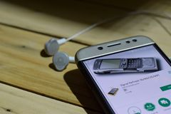 BEKASI VÄSTRA JAVA, INDONESIEN JULI 04, 2018: Signalen förnyar bärare-applikation på den Smartphone skärmen 3G/4G/LTE/Wifi är en  Arkivfoton
