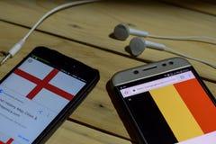 BEKASI VÄSTRA JAVA, INDONESIEN JUNI 26, 2018: England Vs Belgien på den Smartphone skärmen När sökandesymbolsfotboll eller fotbol Royaltyfria Bilder