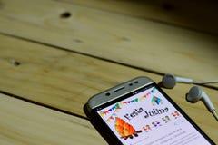 BEKASI VÄSTRA JAVA, INDONESIEN JUNI 26, 2018: Festa Junina Vektormallar för latin - amerikansk ferie på den Smartphone skärmen nä Arkivfoto