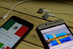 BEKASI VÄSTRA JAVA, INDONESIEN JUNI 26, 2018: Mexico Vs Sverige på den Smartphone skärmen När sökandesymbolsfotboll eller fotboll Royaltyfri Foto