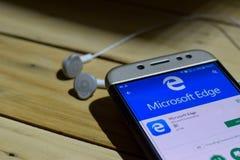 BEKASI VÄSTRA JAVA, INDONESIEN JUNI 28, 2018: Microsoft kant vid Google bärare-applikation på den Smartphone skärmen Den Microsof Royaltyfri Foto