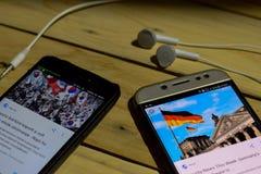 BEKASI VÄSTRA JAVA, INDONESIEN JUNI 26, 2018: Sydkorea Vs Tyskland på den Smartphone skärmen När sökandesymbolsfotboll eller fotb Royaltyfri Foto