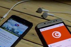 BEKASI VÄSTRA JAVA, INDONESIEN JUNI 26, 2018: Tunisien Vs Panama på den Smartphone skärmen När sökandesymbolsfotboll eller fotbol Arkivfoto