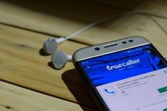 BEKASI, WEST-JAVA, INDONESIË 04 JULI, 2018: Truecaller dev toepassing op Smartphone-het scherm Bezoekersidentiteitskaart, SMS, sp stock foto