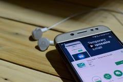 BEKASI, WEST-JAVA, INDONESIË 28 JUNI, 2018: Temperaturenpost door de toepassing van Google dev op Smartphone-het scherm Tijdelijk Stock Afbeeldingen