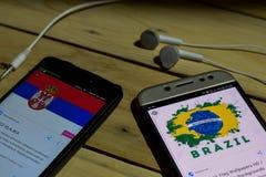 BEKASI, WEST-JAVA, INDONESIEN 26. JUNI 2018: Serbien gegen Brasilien auf Smartphone-Schirm Wenn Suchikonen-Fußball oder Fußball i Lizenzfreies Stockbild