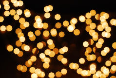 Bekeh de muchos noche anaranjada de la lámpara hacia fuera enfoca el fondo negro Fotografía de archivo