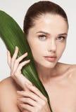 Bekehrter von ROHEM für bessere Qualität Schöne junge Frau mit frischer sauberer Haut Lizenzfreie Stockfotos