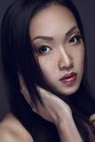 Bekehrter von ROHEM für bessere Qualität Porträt der schönen jungen Frau, die Kamera betrachtet Stockfotografie