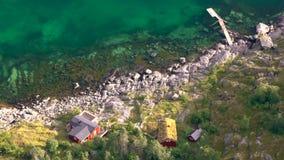 Bekeken van boven rode houten die hutten als Rorbu worden bekend stock footage
