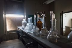 Bekers in een verlaten wetenschapsklaslokaal Royalty-vrije Stock Foto
