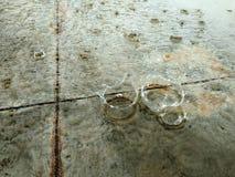 Bekervormige en waterdruppeltjes die vallen bespatten Stock Afbeelding
