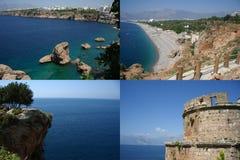 Bekijk de Middellandse Zee, een stad, een strand en een klip met een middeleeuwse toren stock foto