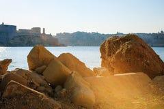 Bekijk de stad door grote stenen, Malta Royalty-vrije Stock Fotografie