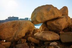 Bekijk de stad door grote stenen, Malta Stock Foto