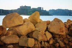 Bekijk de stad door grote stenen, Malta Stock Afbeeldingen