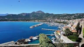 Bekijk de stad van Calvi en zijn haven stock foto's