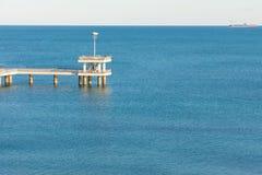 Bekijk in de Zwarte Zee met een kade van Bourgas, Bulgarije Stock Foto's