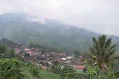 Bekijk a-dorp in de bergen Stock Afbeelding