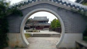 Bekijk het landschap door de ronde poort royalty-vrije stock afbeeldingen