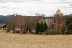 Bekijk het landschap van het dorp en de kerk in de Tsjechische Republiek Stock Foto