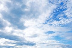 Bekijk omhoog het overzees van blauw boven de aarde De gezwollen witte wolken stippelen duidelijke blauw en de vlotter lui over d stock foto