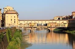 Bekijk Ponte Vecchio en rivier, Florence, Italië Stock Fotografie