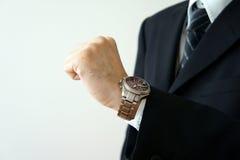 Bekijk zijn pols voor een horloge Royalty-vrije Stock Fotografie