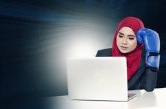Bekijken de spannings jonge onderneemsters met bokshandschoen haar laptop Royalty-vrije Stock Afbeeldingen