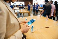 Bekijkend de nieuwe 3D Aanraking, brede toonladdervertoning Nieuw Apple iPho Stock Afbeelding