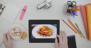 Bekijkend foto's van vakantiereis op tabletzitting bureau stock video