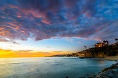 Bekijkend het noorden Laguna Beach bij Blauw Uur Stock Fotografie