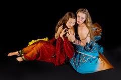 Bekijkt aantrekkelijke vrouw twee u in Indisch kostuum Royalty-vrije Stock Foto's