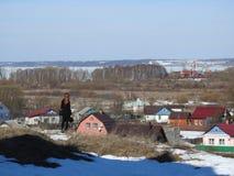 Bekijkt het reizigers donkerbruine meisje de horizon van de stad tijdens de dag, Rusland royalty-vrije stock afbeelding
