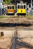 Bekläda av 2 stadstrolleys på ett trolleystopp i Porto, Portugal Royaltyfri Bild