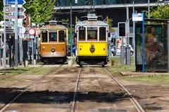 Bekläda av stadstrolleys på ett trolleystopp i Porto, Portugal Royaltyfri Fotografi